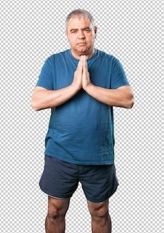Hombre maduro rezando