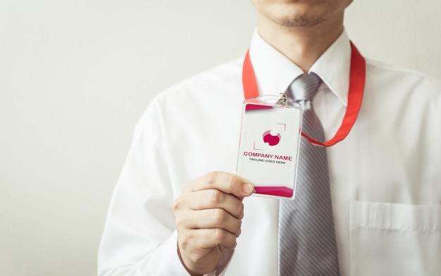 Hombre con maqueta de tarjeta de identificación