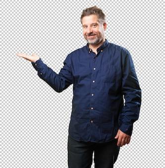 Hombre de mediana edad sosteniendo algo