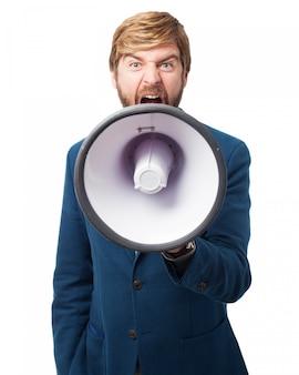 Hombre con un megáfono