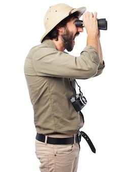 Hombre mirando a través de unos prismáticos