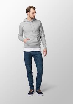 Hombre modelo con maqueta gris con capucha, vista frontal
