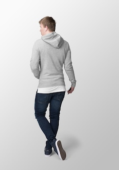 Hombre modelo con maqueta gris con capucha, vista posterior
