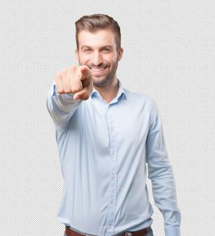 Hombre moderno apuntando hacia usted