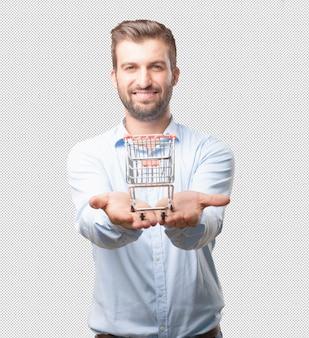 Hombre moderno presentando carro de compras