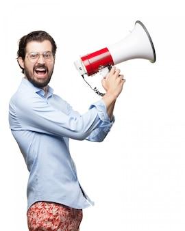 Hombre mosqueado sosteniendo un megáfono
