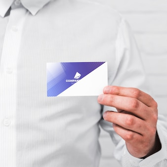 Hombre mostrando tarjeta de negocios