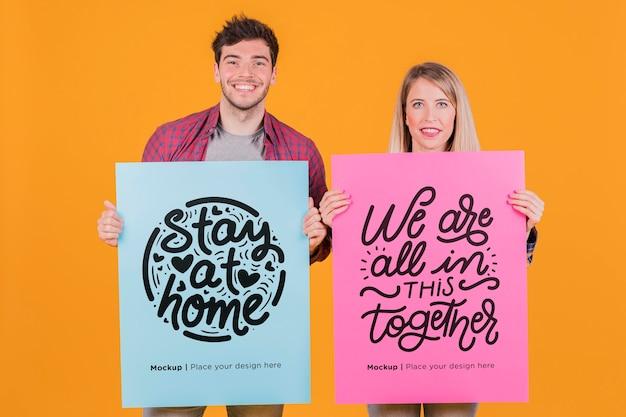 Hombre y mujer con una maqueta de concepto de signo
