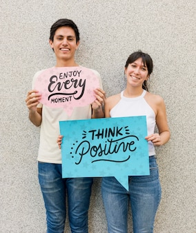 Hombre y mujer posando mientras sonríe