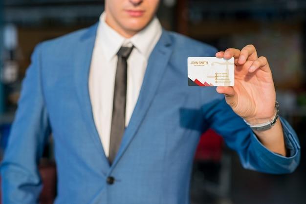 Hombre de negocios enseñando mockup de tarjeta de visita