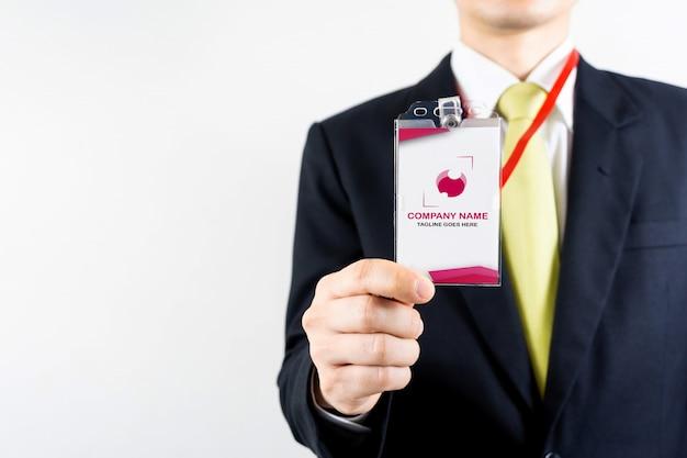 Hombre de negocios con maqueta de tarjeta de identificación
