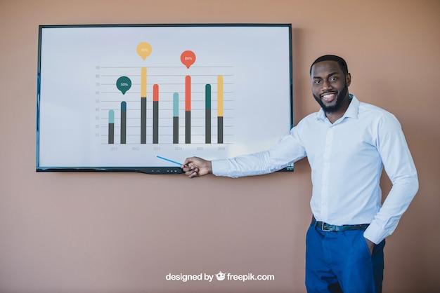 Hombre de negocios presentando gráficos en pantalla de televisor