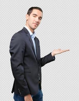 Hombre de negocios seguro mostrando