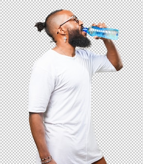 Hombre negro bebiendo agua
