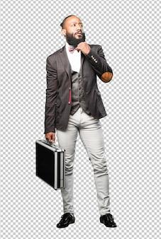 Hombre negro de cuerpo completo sosteniendo un maletín