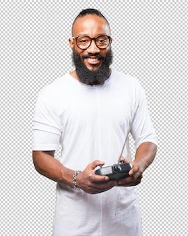 Hombre negro jugando con un control remoto de automóvil