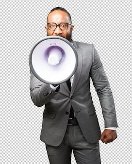 Hombre negro de negocios con un megáfono