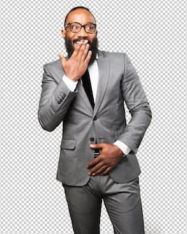 Hombre negro de negocios sorprendido