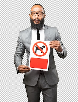 Hombre negro de negocios sosteniendo una pancarta de perros prohibidos