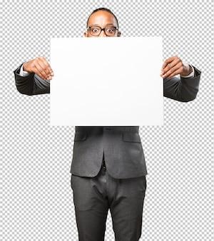 Hombre negro de negocios sosteniendo una pancarta