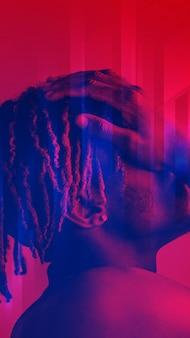 Hombre negro que cubre su rostro sobre un fondo rojo.