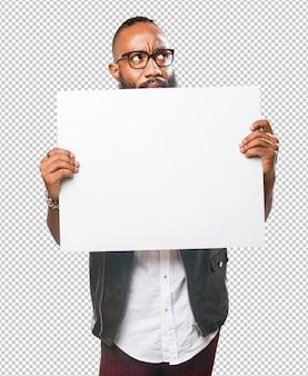 Hombre negro sosteniendo una pancarta