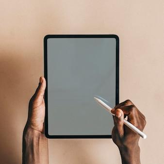 Hombre negro usando una maqueta de tableta digital