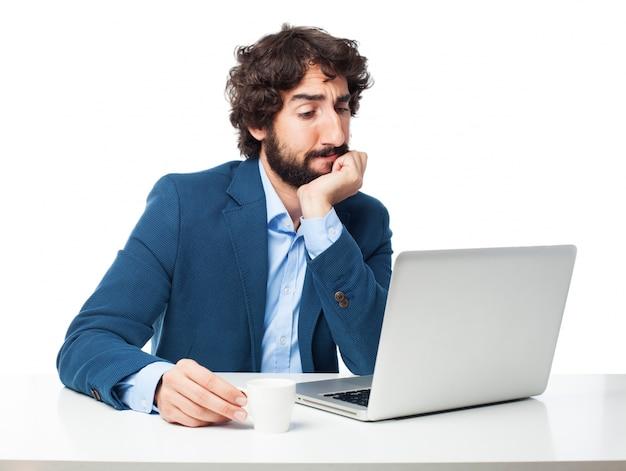 Hombre pensativo con un portátil