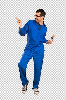 Hombre pintor disfruta bailando mientras escucha música en una fiesta