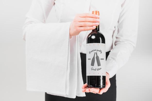 Hombre presentando botella de vino