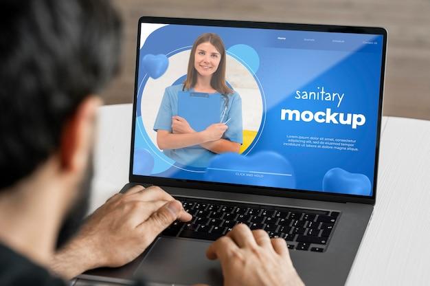 Hombre de primer plano escribiendo en la computadora portátil