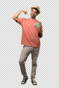 Hombre que sostiene muchos billetes apuntando hacia abajo con los dedos