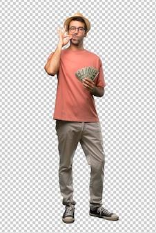 Hombre que sostiene muchos billetes que muestran un signo de cierre de boca y gesto de silencio