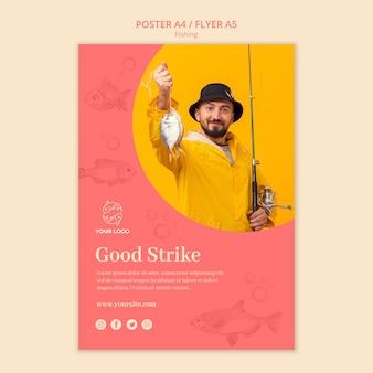 Hombre que sostiene una plantilla de cartel de pescado