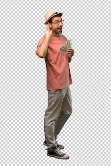 Hombre que tiene muchas facturas escuchando algo poniendo la mano en la oreja