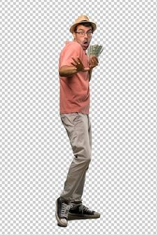 El hombre que tiene muchos billetes está un poco nervioso y asustado estirando las manos hacia el frente
