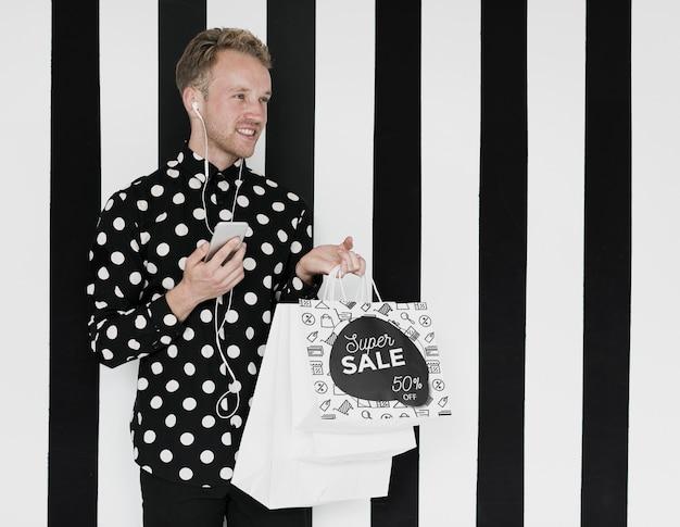 Hombre satisfecho con las compras que compró