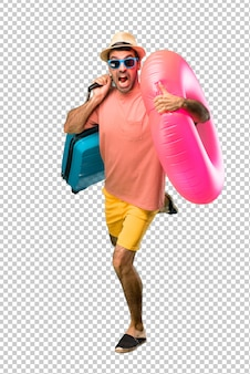 Hombre con sombrero y gafas de sol en sus vacaciones de verano corriendo rápido