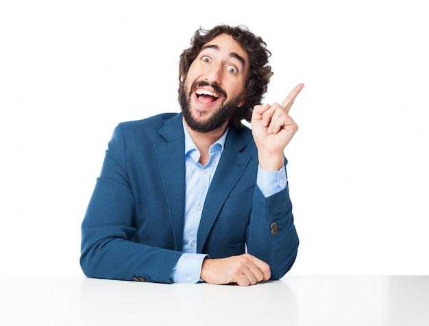 Hombre sonriendo con un dedo levantado