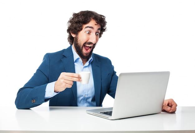 Hombre sorprendido con un café