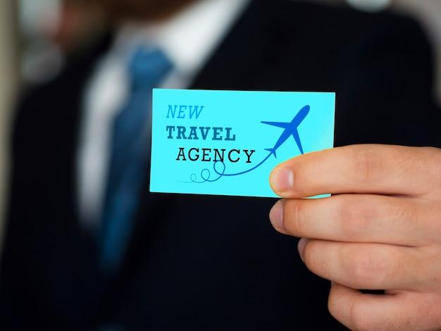 Hombre sosteniendo una maqueta de tarjeta de visita