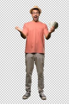 Hombre sosteniendo muchos billetes presentando e invitando a venir con la mano