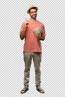 Hombre sosteniendo muchos billetes que muestran y levantan un dedo en señal de lo mejor