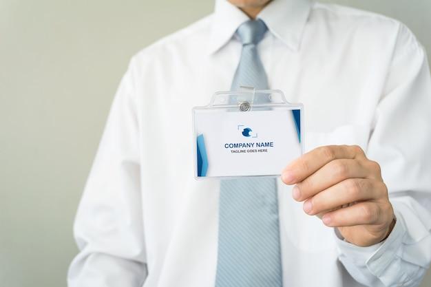 Hombre sujetando la maqueta de la tarjeta de identificación
