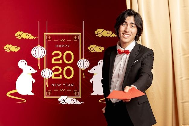 Hombre sujetando tarjetas de felicitación para año nuevo