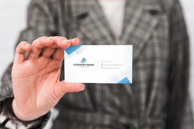Hombre con tarjeta de presentación