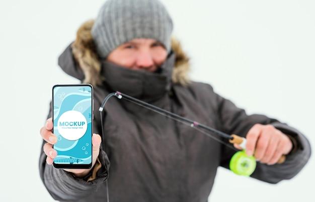 Hombre de tiro medio con smartphone