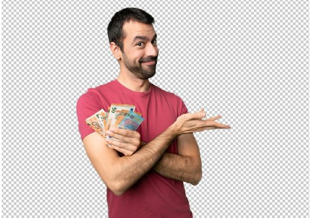 Hombre tomando mucho dinero presentando una idea mientras mira sonriendo hacia