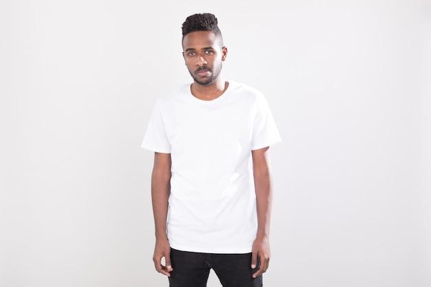 Hombre vestido con diseño de maqueta de camisas