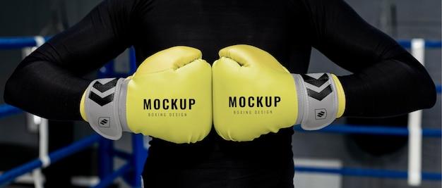 Hombre vestido con maqueta de guantes de boxeo para entrenamiento